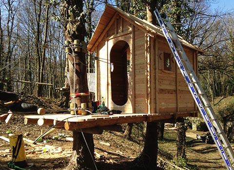 début travaux parcours aventure pitchoun cabane avec échelle travaux parc vanciaventure